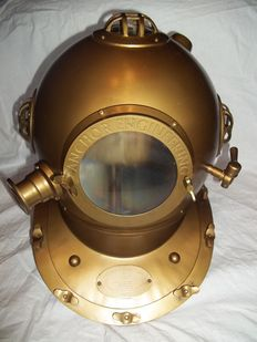 A brass-coloured replica diving helmet 'Anchor Engineering' in full size - Magnificent mint condition