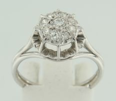 18 kt white gold entourage ring with in the centre an old Amsterdam cut diamond and 8 octagon cut diamonds