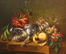 Fred Smoolenaers (1951-) - Stilleven, kan met fruit en bloemen