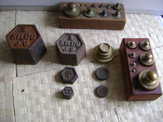 Lot with 18 weights and 2 wooden blocks - 19th and 20th century