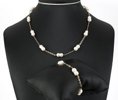 Set composed of yellow gold choker and bracelet with baroque pearls.