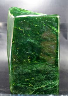 Fine green Nephrite Jade, polished free-form - 124 x 73 x 63mm - 1696gm