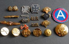 WW2 lot US army-wing, brooch, buttons, emblems etc.