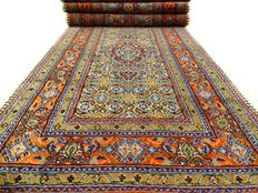 Moud - 297 x 77 cm - Persian runner rug with silk, in beautiful condition.