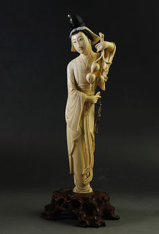 Ivory geisha with peaches on wooden base - China - Early 20th century