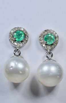 White gold earrings, with 36 diamonds (HSI1) and 2 Colombian AAA emeralds, set with genuine Australian South Sea pearls measuring 10.10 mm. ***No reserve price***