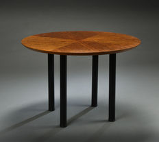 Klaus Wettergren - Round table made of varnished cherry wood.