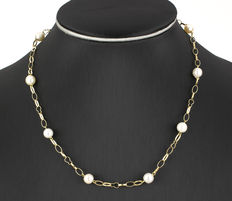 Yellow gold choker with cultured saltwater Akoya pearls