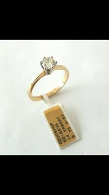 0.75 ct W/SI solitaire ring with round brilliant cut diamond made of yellow gold with a white gold setting.