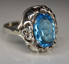 ca. 1910/1920 handcrafted ring with Aquamarine coloured stone approx 12x8mm in very good authentic state.