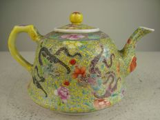 Exceptionally fine famille rose teapot - China - 1960