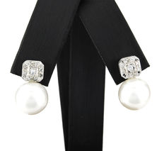 Square design earrings in white gold with brilliant cut diamonds and fresh water cultured pearls