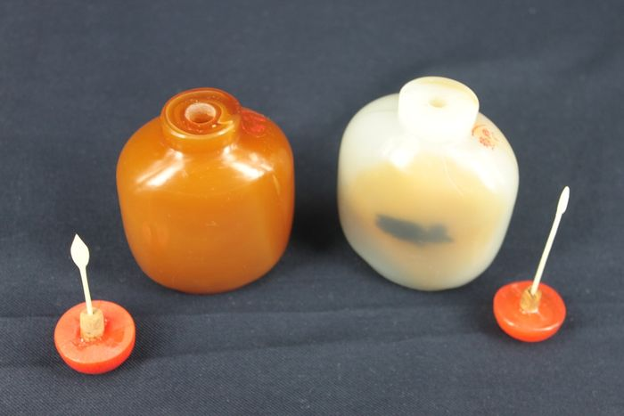 Group of glass snuff bottles with stone cover - China - second half 20th  century - Catawiki