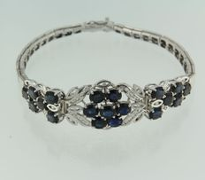 White gold bracelet of 14 kt set with an oval cut sapphire and brilliant cut diamonds