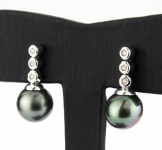 White gold earrings with 3 brilliant-cut diamonds in a vertical bezel settings design at the earring top part, and a Tahitian pearl measuring 11.20 mm in diameter at the bottom.