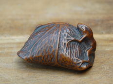 Wooden netsuke frog on a lotus leaf – Japan – 19th century