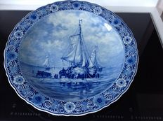 Porceleyne Fles - Decorative dish depicting a beach and boats after H.W.Mesdag