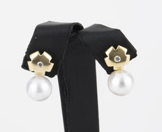 Earrings with flower-shaped settings in yellow gold with brilliant cut diamonds and Australian South Sea pearls