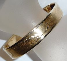 Heavy wide 14 kt/585 gold bangle/clipping bangle with hinge - with fine engravings made by hand.