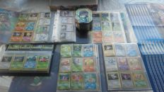 1344 Pokemonkaarten, 1 tin box,50 Pocket Monsters,2 leaderboards and 1 display.Years 1996-2016
