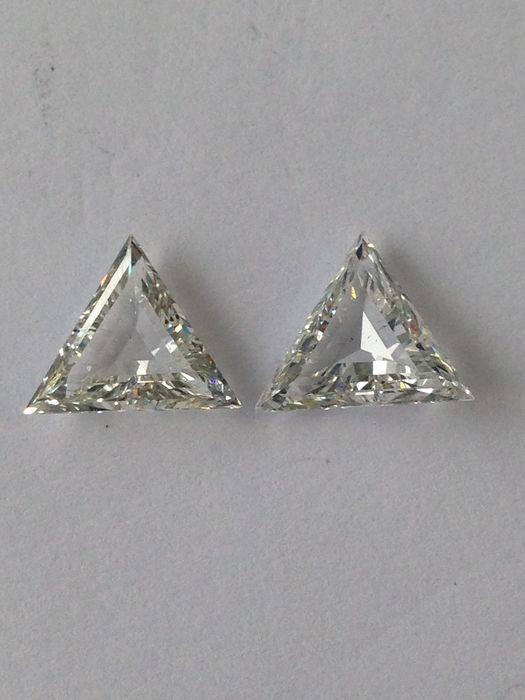 A pair of triangle cut diamonds, 2.46 carat in total