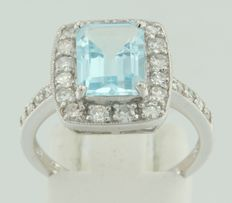 White gold ring of 14 kt with a central blue topaz and around it 24 pieces of octagon cut diamonds ****NO RESERVE PRICE****