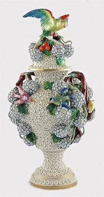 Meissen - Very rare Kaendler period Snowballvase with parrot on lid - XVIII