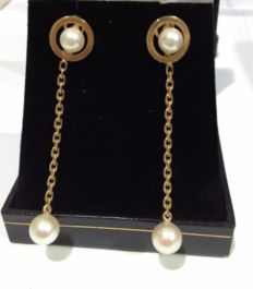 Earrings made of 18 k Gold with cultivated pearls.