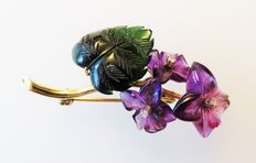 585 gold violet brooch with amethyst, nephrite jade and 3 brilliants (approx. 0.18 ct)