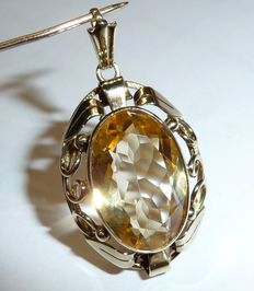 Pendant in 8 kt/333 gold with large natural citrine in oval faceted cut of 9 ct