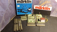 Märklin H0 - 7192/7193 - automatic crossing with track guard house for M-rails with supplemental pieces