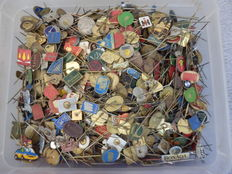 Huge collection Metal pins in plastic container, about 3.2 kg. Ca. 1600 - 1700 pieces.