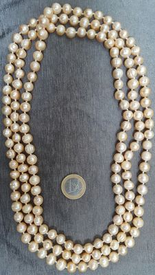Very long necklace of peach-coloured freshwater cultured pearls