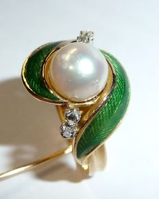 A ring in 18 kt / 750 gold with 4 diamond roses, 1 Akoya pearl and green enamel leaves, guilloche enamel