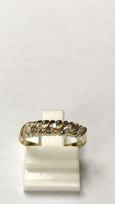 Yellow gold ring set with 5 diamond set in white gold