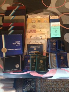 Italian Republic and San Marino – Lot of divisional series and 500 commemorative Lire (34 packages) (Incl. silver)