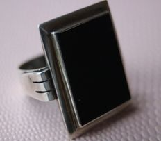ca. 1920 Antique handcrafted massief silver signed ring with very large rectangular Onyx approx. 19,8x14,9mm.