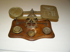 English postal scales of brass on walnut foot and some weights - ca. 1900