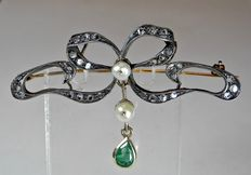 Bow-shaped brooch from the Art Nouveau period. Original in silver and 800 gold