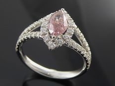 Diamond ring with pear-shaped cut diamond in intense fancy pink colour, 1.20 ct in total