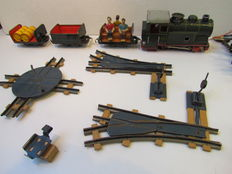 BillerBahn, US Zone/Western Germany - Spoor 0 - Lot with tin locomotive with clockwork motor, cars and rails, 1950s/60s