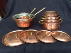 A lot with copper pans and saucepans