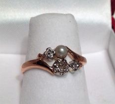 18kt/750 rose gold ring - set with 3 platinum-mounted Diamonds and a Pearl.