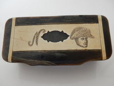 """Old snuff box in horn carved with the Napoleonic """"N"""" and a portrait of """"Bonaparte"""" - 19th century - France"""