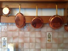 4 copper pans, 1 ladle, 1 small pan for jam.