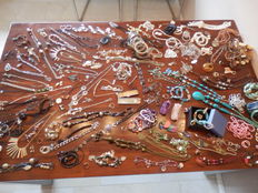 A massive lot of Decorative Jewellery with almost 200 items and collectibles.