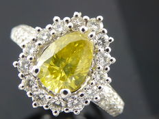 Diamantring met peervormige Intense   fancy  yellow kleur  geslepen diamant totaal 1.72ct