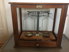 "laboratoy weight scales in glass box ""Preston"" - Sheffield - England - ca. 1920"