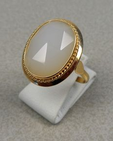 14 kt gold ring with white chalcedony