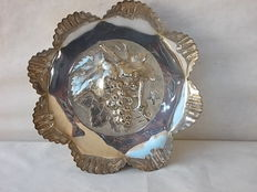 Beautiful centrepiece in silver plate with engraved grapes, around 1900